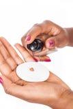Χέρια με το προϊόν makeup Στοκ φωτογραφία με δικαίωμα ελεύθερης χρήσης