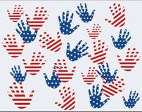 Χέρια με το σχέδιο ΑΜΕΡΙΚΑΝΙΚΩΝ σημαιών Στοκ φωτογραφία με δικαίωμα ελεύθερης χρήσης
