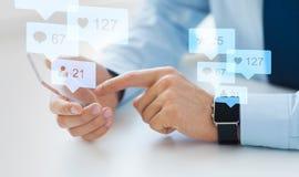 Χέρια με το smartphone και τα έξυπνα κοινωνικά μέσα ρολογιών Στοκ Εικόνα