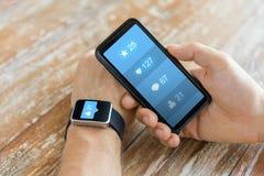 Χέρια με το smartphone και τα έξυπνα κοινωνικά μέσα ρολογιών Στοκ εικόνα με δικαίωμα ελεύθερης χρήσης