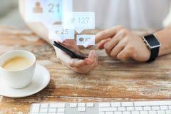 Χέρια με το smartphone και τα έξυπνα κοινωνικά μέσα ρολογιών Στοκ φωτογραφία με δικαίωμα ελεύθερης χρήσης