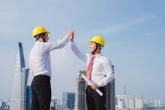 Χέρια μηχανικών επάνω στο εργοτάξιο οικοδομής στοκ εικόνες