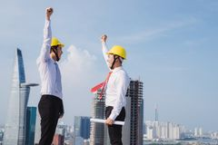 Χέρια μηχανικών επάνω στο εργοτάξιο οικοδομής στοκ φωτογραφίες με δικαίωμα ελεύθερης χρήσης