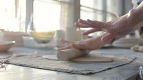 Χέρια μιας γυναίκας που εργάζεται με τον άργιλο σε ένα εργαστήριο κεραμικής απόθεμα βίντεο