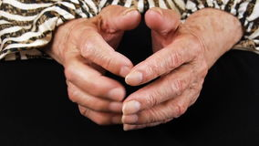 Χέρια μιας ηλικιωμένης κινηματογράφησης σε πρώτο πλάνο γυναικών Χέρια ενός ηληκιωμένου Τα άρρωστα χέρια των ηλικιωμένων απόθεμα βίντεο