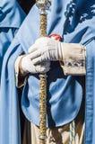 Χέρια μιας μετανοημένης εκμετάλλευσης ένα ραβδί εντολής Στοκ φωτογραφία με δικαίωμα ελεύθερης χρήσης