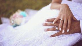 Χέρια μιας νύφης και ενός νεόνυμφου που φορούν τα γαμήλια δαχτυλίδια Στοκ φωτογραφία με δικαίωμα ελεύθερης χρήσης