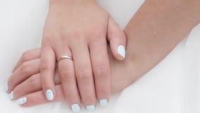 Χέρια μιας νύφης με ένα δαχτυλίδι φιλμ μικρού μήκους