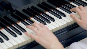 Χέρια μουσικών γυναικών που παίζουν ένα μεγάλο πιάνο απόθεμα βίντεο