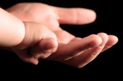 Χέρια μωρών με τους πατέρες στοκ εικόνα