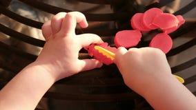 Χέρια μωρών που κόβουν το plasticine - λεπτή ικανότητα μηχανών αναπτύξτε την επιδεξιότητα - pov επάνω από την άποψη φιλμ μικρού μήκους