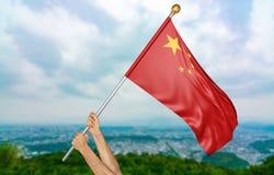 Χέρια νεαρών άνδρων ` s που κυματίζουν υπερήφανα τη εθνική σημαία της Κίνας στον ουρανό, τρισδιάστατη απόδοση μερών Στοκ εικόνες με δικαίωμα ελεύθερης χρήσης