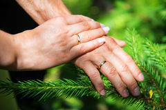 χέρια νεόνυμφων νυφών που κρατούν ακριβώς την παντρεμένη παραδοσιακή επίσκεψη κόκκινων πλατειών της Μόσχας Στοκ φωτογραφίες με δικαίωμα ελεύθερης χρήσης