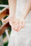 Χέρια νυφών που κρατούν τα δαχτυλίδια γάμου Στοκ φωτογραφία με δικαίωμα ελεύθερης χρήσης