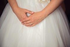 Χέρια νυφών στο γαμήλιο φόρεμα Στοκ φωτογραφία με δικαίωμα ελεύθερης χρήσης