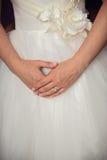 Χέρια νυφών στο γαμήλιο φόρεμα Στοκ εικόνα με δικαίωμα ελεύθερης χρήσης