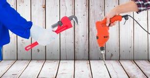 Χέρια ξυλουργών που κρατούν τα εργαλεία ενάντια στο ξύλο στοκ φωτογραφίες με δικαίωμα ελεύθερης χρήσης