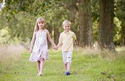 χέρια παιδιών που κρατούν τ&o Στοκ Εικόνα