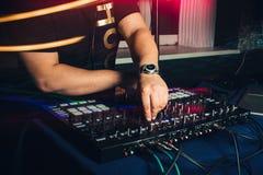 Χέρια παιχνιδιών του DJ στις επαγγελματικές περιστροφικές πλάκες σε ένα κόμμα Στοκ εικόνα με δικαίωμα ελεύθερης χρήσης