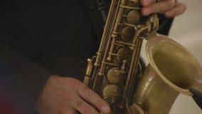 Χέρια παιχνιδιού ατόμων στο saxophone απόθεμα βίντεο