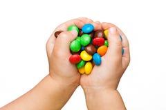 Χέρια παιδιών με την καραμέλα Στοκ φωτογραφίες με δικαίωμα ελεύθερης χρήσης