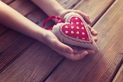 Χέρια παιδιών μικρών παιδιών που κρατούν το δώρο για τη μητέρα Στοκ Φωτογραφίες