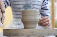 Χέρια παιδιών που δημιουργούν το νέο βάζο Στοκ Εικόνες