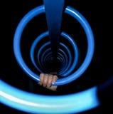 Χέρια παιδιών στους μπλε σπειροειδείς φραγμούς πιθήκων Στοκ φωτογραφίες με δικαίωμα ελεύθερης χρήσης