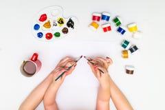 Χέρια παιδιών ` s που χρωματίζουν μια καρδιά Στοκ Φωτογραφίες