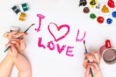 Χέρια παιδιών ` s που χρωματίζουν μια καρδιά Στοκ φωτογραφίες με δικαίωμα ελεύθερης χρήσης