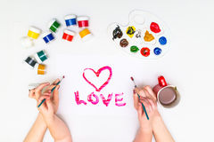 Χέρια παιδιών ` s που χρωματίζουν μια καρδιά Στοκ φωτογραφία με δικαίωμα ελεύθερης χρήσης