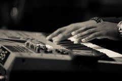 Χέρια πληκτρολογίων παιχνιδιού μουσικών μόνο στοκ εικόνες