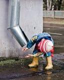 Χέρια πλύσης παιδιών κάτω από έναν υδροσωλήνα. Στοκ φωτογραφία με δικαίωμα ελεύθερης χρήσης