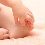 χέρια ποδιών μωρών Στοκ Φωτογραφίες