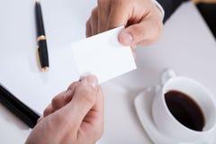 Χέρια που δίνουν τη επαγγελματική κάρτα Στοκ Φωτογραφίες