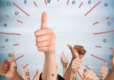Χέρια που δίνουν τους αντίχειρες επάνω ενάντια στη μουτζουρωμένη μπλε ξύλινη επιτροπή και τα κόκκινα μπλε πυροτεχνήματα doodle Στοκ Εικόνες