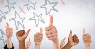 Χέρια που δίνουν τους αντίχειρες επάνω ενάντια στον άσπρο τοίχο με το κόκκινο και μπλε συρμένο χέρι σχέδιο αστεριών Στοκ Εικόνες