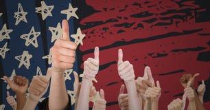Χέρια που δίνουν τους αντίχειρες επάνω ενάντια συρμένη στη χέρι αμερικανική σημαία Στοκ Εικόνα