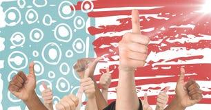 Χέρια που δίνουν τους αντίχειρες επάνω ενάντια συρμένη στη χέρι αμερικανική σημαία με τη φλόγα Στοκ Εικόνες
