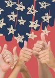 Χέρια που δίνουν τους αντίχειρες επάνω στο μπλε συρμένο χέρι σχέδιο αστεριών και το κόκκινο κλίμα Στοκ Φωτογραφίες