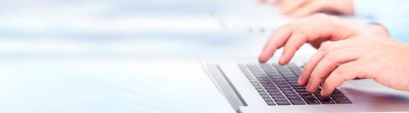 Χέρια που δακτυλογραφούν στο lap-top υπολογιστών Στοκ εικόνα με δικαίωμα ελεύθερης χρήσης