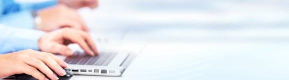 Χέρια που δακτυλογραφούν στο lap-top υπολογιστών Στοκ Εικόνα