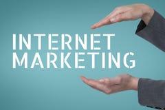 Χέρια που αλληλεπιδρούν με το επιχειρησιακό κείμενο μάρκετινγκ Διαδικτύου στο μπλε κλίμα Στοκ Εικόνα