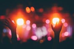 Χέρια που αυξάνονται επάνω σε μια συναυλία στοκ φωτογραφίες με δικαίωμα ελεύθερης χρήσης