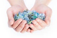 Χέρια που γεμίζουν με τους γρίφους Στοκ Φωτογραφίες