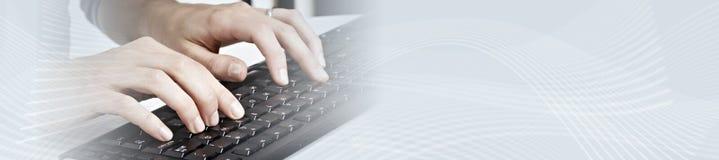 Χέρια που δακτυλογραφούν στο lap-top υπολογιστών στοκ φωτογραφία