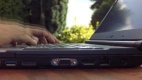 Χέρια που δακτυλογραφούν τόσο σκληρά σε ένα πληκτρολόγιο lap-top που ο υπολογιστής κινεί - timelapse με την κίνηση blurr απόθεμα βίντεο