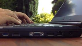 Χέρια που δακτυλογραφούν τόσο σκληρά σε ένα πληκτρολόγιο lap-top που ο υπολογιστής κινεί - timelapse απόθεμα βίντεο