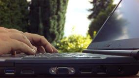 Χέρια που δακτυλογραφούν τόσο σκληρά σε ένα πληκτρολόγιο lap-top που ο υπολογιστής κινεί - timelapse φιλμ μικρού μήκους