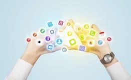 Χέρια που δημιουργούν μια μορφή με τα κινητά app εικονίδια Στοκ Εικόνα